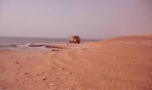 Felsen am Strand erzwingen die Fahrt...