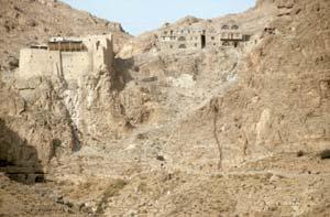 Dair Mar Musa-Kloster aus dem 6. Jahrhundert, gewidmet dem äthiopischen Heiligen Moses al Habashi, liegt geschützt in einem unscheinbaren Taleinschitt