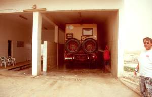 Unbedingt zu empfehlen nach der Strandpistenfahrt: Eine gründliche Wäsche für das Fahrzeug an einer Tankstelle in Nouakchott
