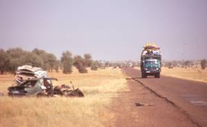 An der Straße der Hoffnung ein ex UN-Landy und Lkw-Transport Richtung Senegal