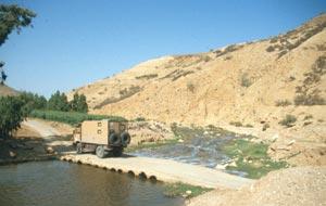 Abfahrt Richtung Jordantal mit der Überquerung des biblischen Jabbok (Zarqa)