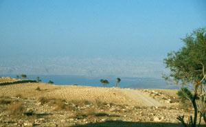 Auffahrt zum Mount Nebo mit Rückblick übers Tote Meer und Israel