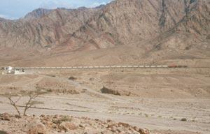 Die Phosphatbahn Richtung Aqaba begleitet ...