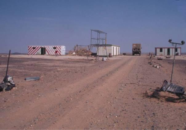 An der alten Polizeistation auf dem Weg zum Waw en Namus