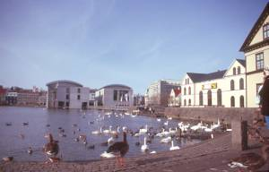 Das moderne Rathaus am/im Tjörnin-See