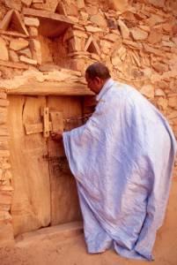 ...bevor mit einem großen Holzschlüssel die Tür aufgeschlossen wird