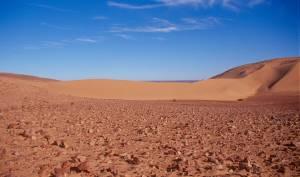 Die nördliche Ausfahrt wird durch einen hohen Dünenriegel versperrt