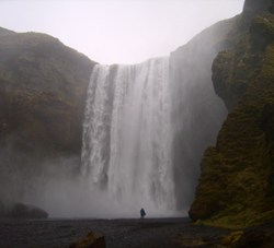 60m hoch und 25m breit ist der Skogafoss