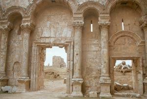 Das schöne Marmortor von Rusafa, ist das besterhaltende Teil dieses riesigen römischen Runinenfeldes