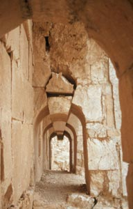 ... der Wehrgang mit den großen Abschlusssteinen das nächste Erdbeben wohl nicht überleben