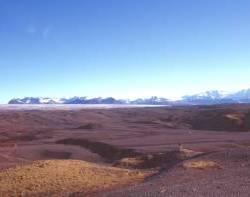 Blick von der Ringstraße Die Endmoränen und zum Gletschermassiv...