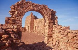 Das Tor mit Blick zum Hauptgebäude