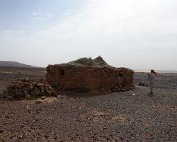 2330_Huette auf Felsen am Enji Pass