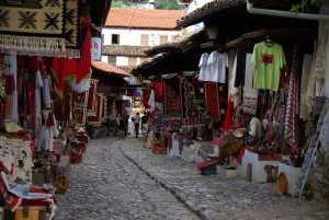 Durch den Bazar geht es hinauf zur Festung.