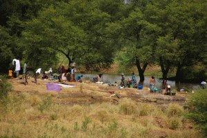 Großwaschtag - farbenfrohes Treiben am Weg nach Nioro