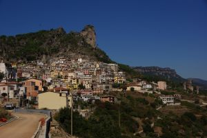 Das am Berg gelegene Osini...