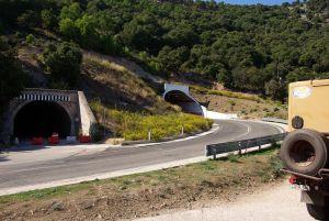 Die Strecke nach Cala Conone führt durch einen Tunnel...