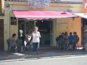 In La Caletta soll es lt. Reiseführer das beste Eis Sardiniens geben - wir sind anderer Meinung.