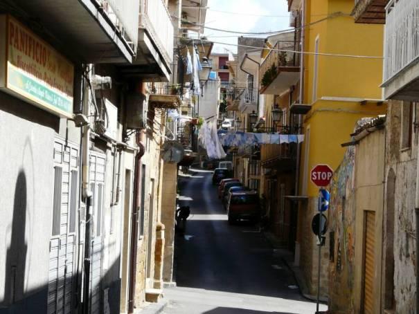 Schmale Ortsdurchfahrt auf Sizilien