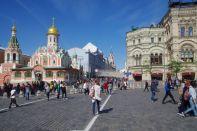 Blick in die Nikolskaja, eine Einkaufsmeile vor dem Roten Platz. Links Kasan-Kathedrale, rechts GUM