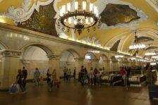 Komsomolskaja von 1952 wirkt besonders prunkvoll durch seine aufwändige Gestaltung im sowjet-neoklassischen Stil