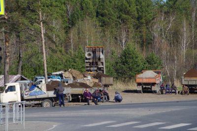 Verkaufsstände: Lkws an den Ausfallstraßen abrufbereit mit Holz, Sand, Schotter, Kohle usw.