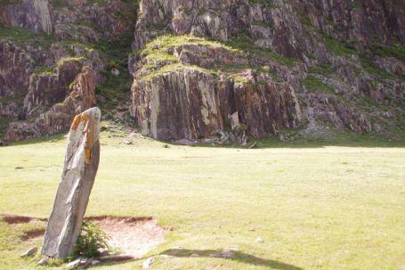 Die Stele vor den Felsbildern bei Iodro