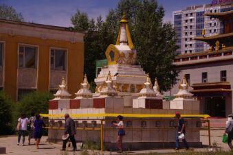 ...die große Stupa mit Gebetsmühlen sowie...