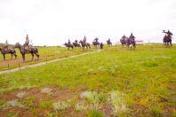 Martialisch, die mongolische Reitergruppe am Fuße der Statue
