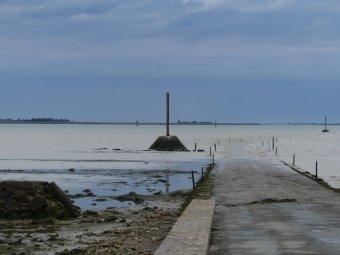 ...diese ist nicht nur über die Brücke, sondern bei Ebbe durch die Passage du Gois erreichbar.