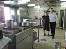 """Die Küche mit dem """"Chef"""" Francesco und Luigi dem Service-Engel."""