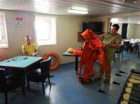 Bereits im Hafen: Einweisung in die Handhabung der Notfallausrüstung.