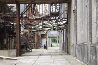 Blick über die Verladeschienen in den Fabrikhof.