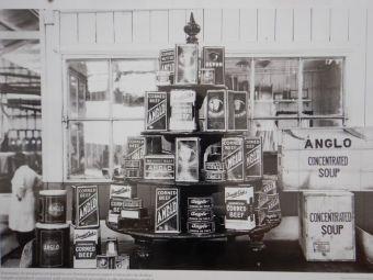 Die Produktionspalette von ANGLO: Instandbrühe, Fertiggerichte und Corned Beef.