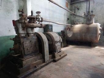 ...mit einem dampfbetriebenen Stromgenerator.