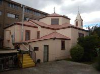 Gegenüber die kleine Kirche Nuestra Senora de Lujan von 1900, aus Lenga-Holz mit Zinkblech-Verkleidung.