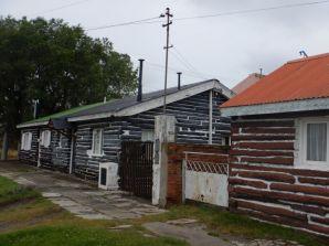 Wohl für die höheren Bahnmitarbeiter waren diese, in Lenga-Holz-Mörtel-Schichten, gebauten Häuser,