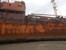 Auf der Steuerbordseite bricht sie Schiffsmittig; ...