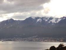 Blick über die Bahia Ushuaia mit dem Kreuzfahrtschiffsanleger