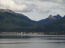 ...mit Blick über den Beagle-Kanal auf das chilenische Puerto Williams, ...