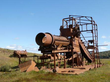 Noch 180 Kilometer bis Punta Arenas. Mit 4x3 geht es an einem alten Flussbagger vorbei, ...