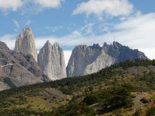 Die mächtigen, bis über 3000 m hohen senkrechten Türme stehen in einem riesigen Gletschergebiet.
