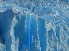 …mit den weißbläulich schimmernden Eiskristallen.