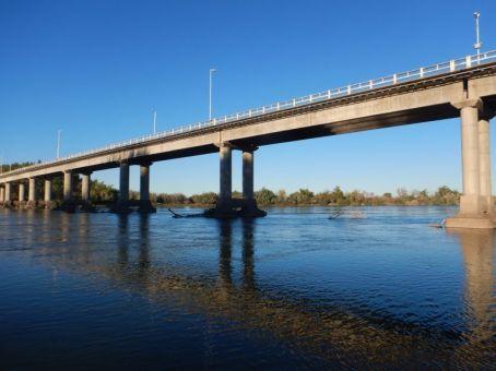 Die 398 m lange Brücke über den Rio Negro wurde 1968 eröffnet und führt uns direkt nach...