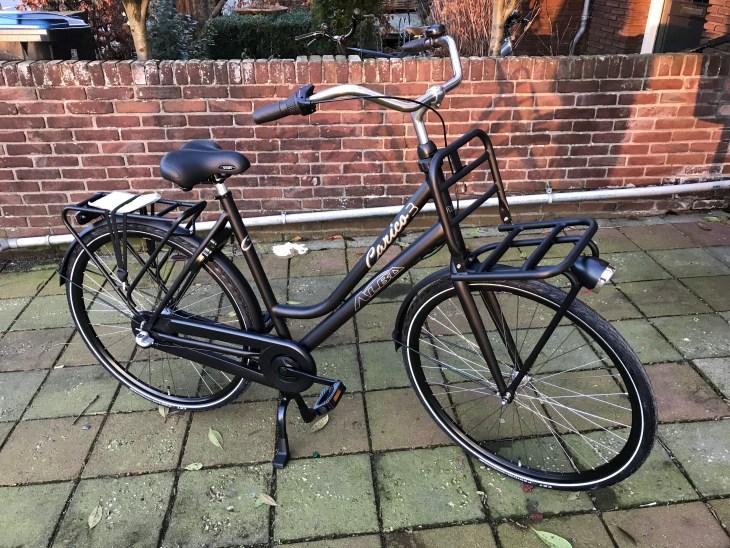 Deze prachtige Alba fiets is voorzien van 3 versnellingen met terugtrap rem. Perfect voor in de stad. Maar ook voor een gezellig dagje fietsen.