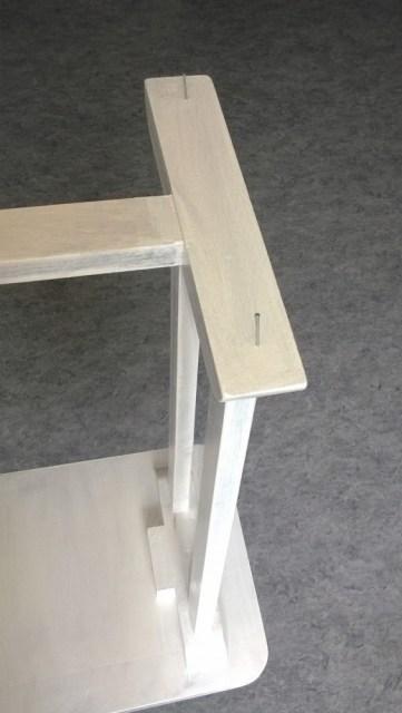Kleine tip voor dit soort werkjes. Het tafeltje staat op een vlakke poot. Dus schilderen maakt dit lastig. Door er een paar nagels onder te slaan komen de poten van de grond af waardoor deze niet gaan vastplakken aan de ondergrond. En kan je knoeivrij werken.