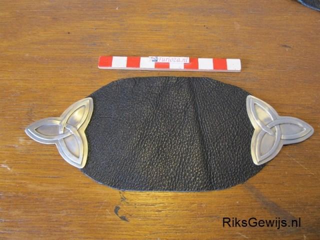 De gordel zelf bestaat uit twee lagen leer met daartussen wol. Dit word dan aan de gordel vast gehouden met de metalen delen die ik gemaakt heb. Ik heb daarom gaatjes geboord en zal dit straks aan elkaar naaien met ijzergaren. Dat is sterk.
