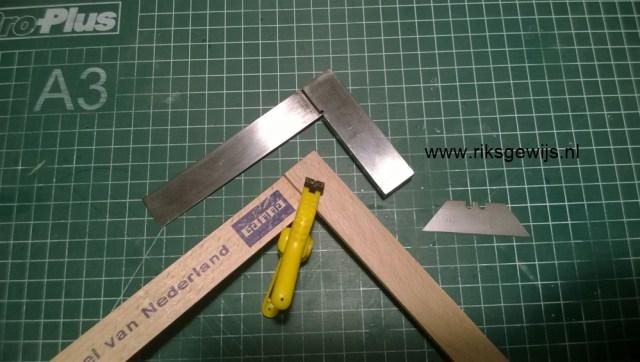 De aanslag word van hout gemaakt. Deze kan met behulp van een blokhaak om zeker te zijn dat het haaks is. Ik gebruik hiervoor een goede houtlijm en laat dit goed drogen.
