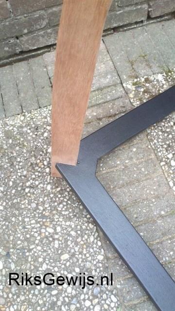 De voet is ook voorzien van lichtronde randen en inmiddels in de grondverf gezet en geschilderd. Ik heb hiervoor een zijde glans verf gebruikt omdat ook de gitaar in zijde glans is uitgevoerd.