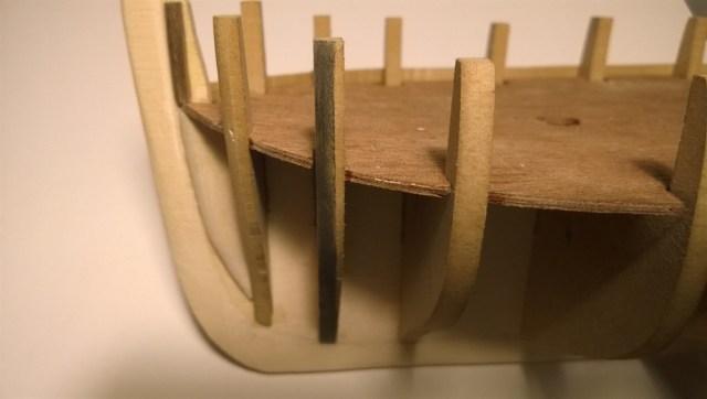 Een kleine truc is de spanten met een teken potlood zwart te maken om zo met een schuurblokje de spanten af te schuinen. Dan word goed zichtbaar waar er nog wat afgehaald moet worden en waar niet.